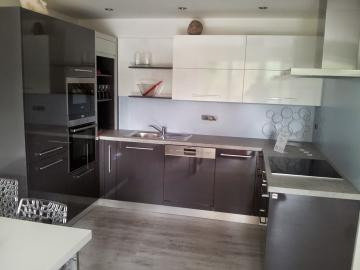 Vybavili jsme pro Vás ukázkový byt U Vinice kuchyní, vestavnou skříní a obývací stěnou!